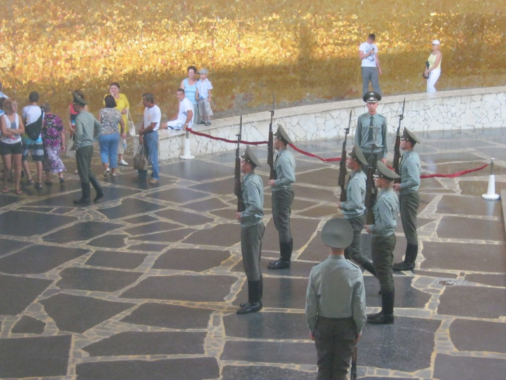 Смена караула в зале воинской славы